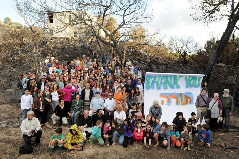 Group photo of Ein Hod residents saying Thank You to rescue teams from Israel and around the world during Carmal fire